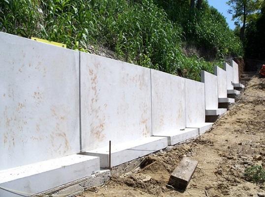 подпорная стенка из самостоящего бетонного забора